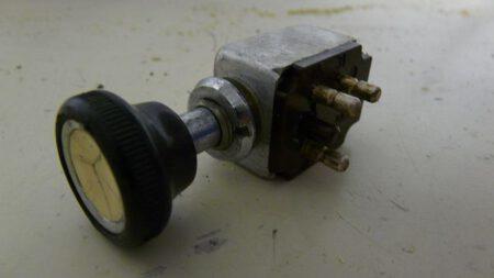 Witte knop met relais schakelaar